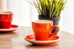 在木桌上的静物画五颜六色的茶杯 免版税库存图片