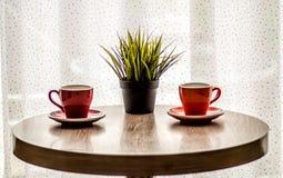 在木桌上的静物画五颜六色的茶杯 库存图片