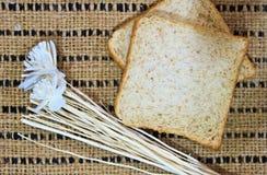 在木桌上的面包 库存图片