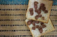 在木桌上的面包 免版税库存图片