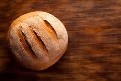 在木桌上的面包 免版税库存照片