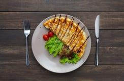 在木桌上的餐馆食物顶视图 与菜的煎蛋卷 免版税库存图片