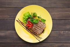 在木桌上的餐馆食物顶视图 完善的牛排 免版税图库摄影