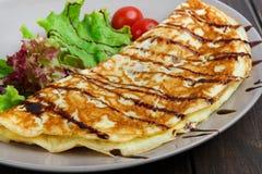 在木桌上的餐馆食物 与菜的煎蛋卷 库存照片