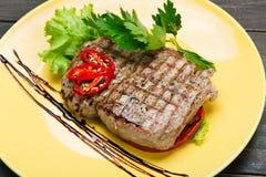 在木桌上的餐馆食物 完善的牛排 免版税库存照片