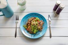 在木桌上的餐馆食物 温暖的肉沙拉用芝麻 免版税库存照片