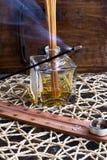 在木桌上的香火棍子 免版税库存照片