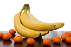在木桌上的香蕉果子和柑桔 免版税库存照片