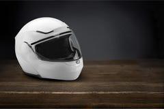 在木桌上的骑自行车的人盔甲 免版税图库摄影