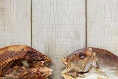 在木桌上的鱼 免版税图库摄影