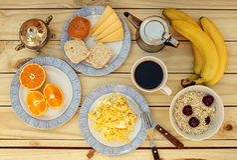 在木桌上的鲜美早餐 库存图片
