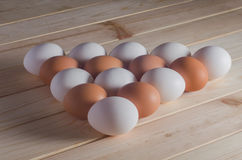 在木桌上的鸡蛋 库存照片