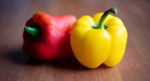 在木桌上的黄色和红辣椒在家 库存图片