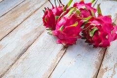 在木桌上的龙果子 免版税图库摄影