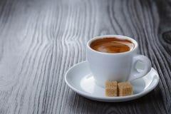 在木桌上的经典双重浓咖啡 免版税库存图片