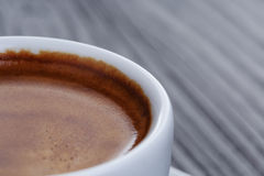 在木桌上的经典双重浓咖啡 库存图片