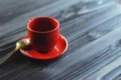 在木桌上的经典双重浓咖啡 库存照片