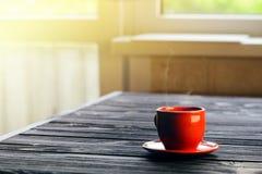 在木桌上的经典双重浓咖啡 免版税图库摄影