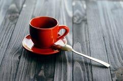 在木桌上的经典双重浓咖啡 图库摄影