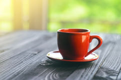 在木桌上的经典双重浓咖啡 免版税库存照片