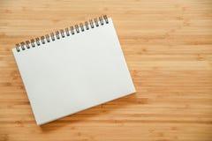 在木桌上的黏合剂笔记本 库存图片
