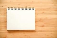 在木桌上的黏合剂笔记本 免版税库存图片