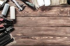 在木桌上的仪器 免版税库存照片