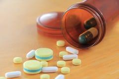 在木桌上的医学 免版税库存图片