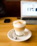 在木桌上的玻璃咖啡杯 库存照片