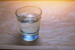 在木桌上的玻璃水 免版税库存照片
