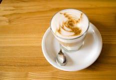 在木桌上的玻璃coffe杯子 免版税库存照片