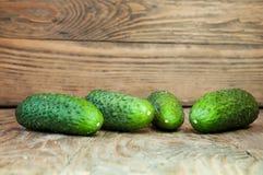 在木桌上的黄瓜 免版税库存图片