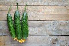在木桌上的黄瓜 库存照片