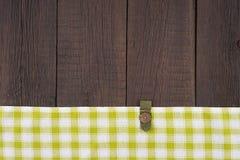 在木桌上的绿色方格的桌布 免版税库存图片