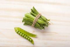 在木桌上的绿豆荚 免版税库存图片