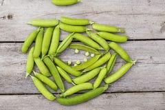 在木桌上的绿豆 免版税图库摄影