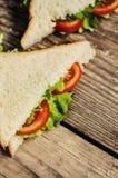 在木桌上的素食鲜美三明治 免版税库存照片