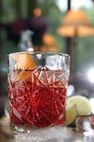 在木桌上的Negroni鸡尾酒 免版税库存照片