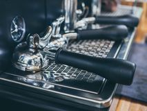 在木桌上的Portafilter咖啡机在咖啡馆 图库摄影