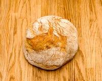 在木桌上的Traditioanl德国面包 库存照片