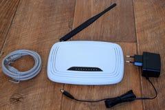 在木桌上的Wi-Fi无线路由器 免版税库存照片
