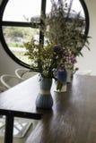 在木桌上装饰的美丽的花瓶 图库摄影