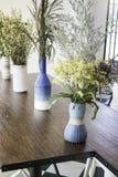 在木桌上装饰的美丽的花瓶 免版税图库摄影