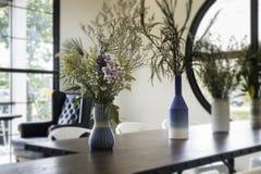 在木桌上装饰的美丽的花瓶 免版税库存照片
