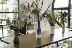 在木桌上装饰的美丽的花瓶 库存照片