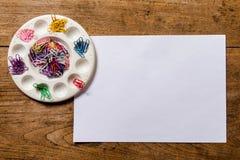 在木桌上驱散的五颜六色的纸夹 在视图之上 免版税库存图片