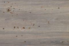 在木桌上驱散的多香果 免版税图库摄影