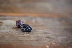 在木桌关闭的桑树莓果 免版税图库摄影
