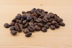 在木桌关闭的Coffe豆 库存照片