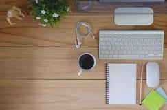 在木桌和办公室材料上的工作区现代台式计算机 库存图片